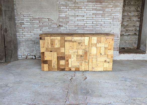 particolare mobile realizzato su misura con legno massello di recupero ...
