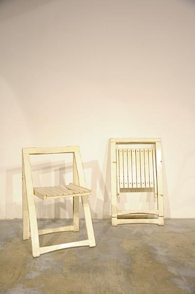 ... recupero coppia di sedie pieghevoli bianche in legno. SESTINI E CORTI